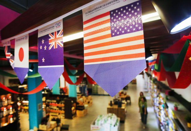 美中關稅戰升級,受影響的貨品大增。圖為江蘇南通自貿區內一家商店懸掛的美國國旗。(Getty Images)