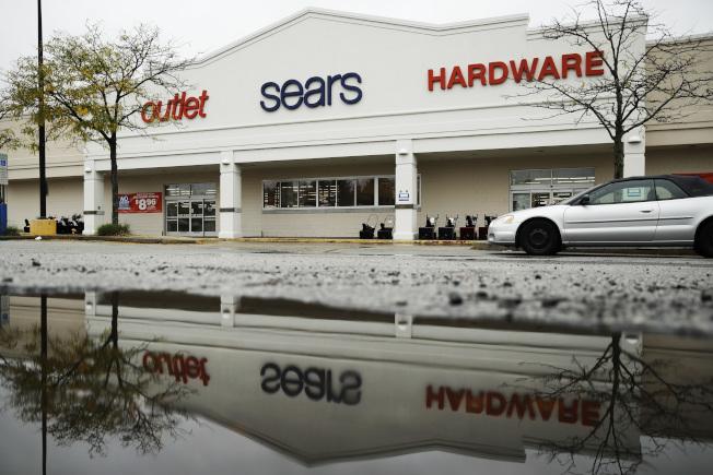 美中貿易戰持續下去,美國零售業可能會撐不下去。圖為賓州諾瑞斯鎮西爾斯百貨公司關門。(美聯社)