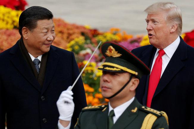 川普總統(後排右)對中國貨加徵關稅後,中方也採取報復措施。圖為川普總統2017年訪問北京,會見中國國家主席習近平。(路透)
