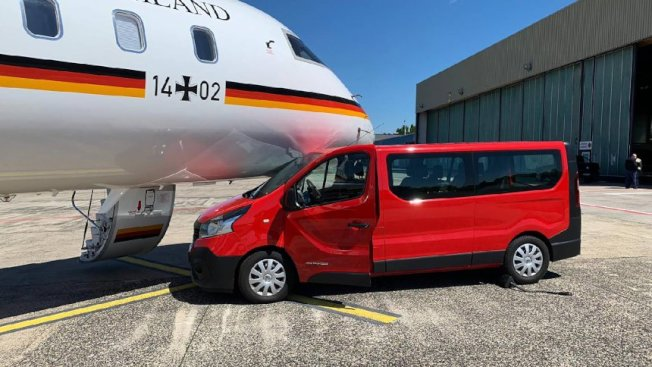 一位狂粉忘了拉煞車,廂型車緩緩向前滑行,撞上梅克爾座機機鼻,造成飛機停飛。(取材自德國明鏡周刊)