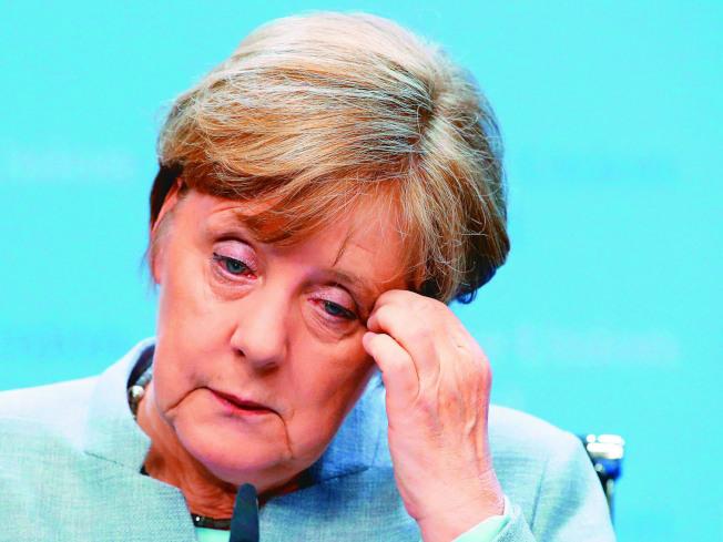 德國總理梅克爾的瘋狂粉絲釀禍。(美聯社)