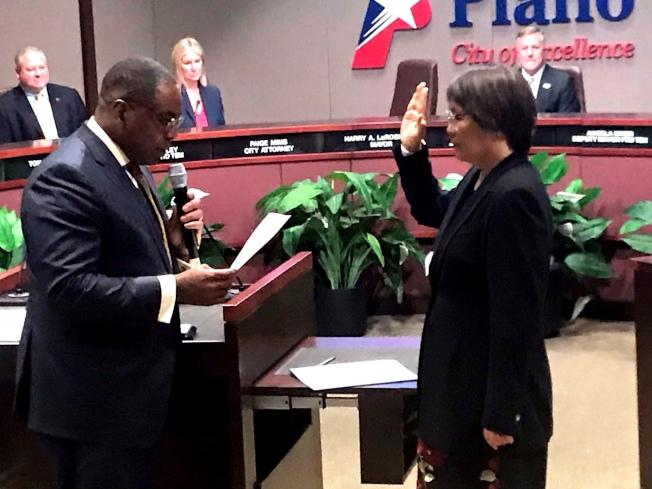由布蘭諾市市長Harry LaRosiliere(左)頒發任命狀給予曹祖芳(Maria Tu)並監誓憲法宣誓儀式。 (圖:林郁芳提供)