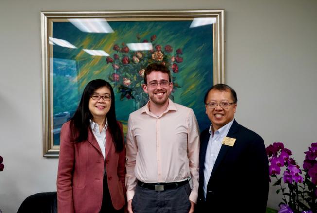 蒙特利公園市市議員吳學儒(右)攜友人Marc Opper(中)拜訪世界日報,世界日報社長于趾琴(左)感謝他們的支持。(記者陳開/攝影)