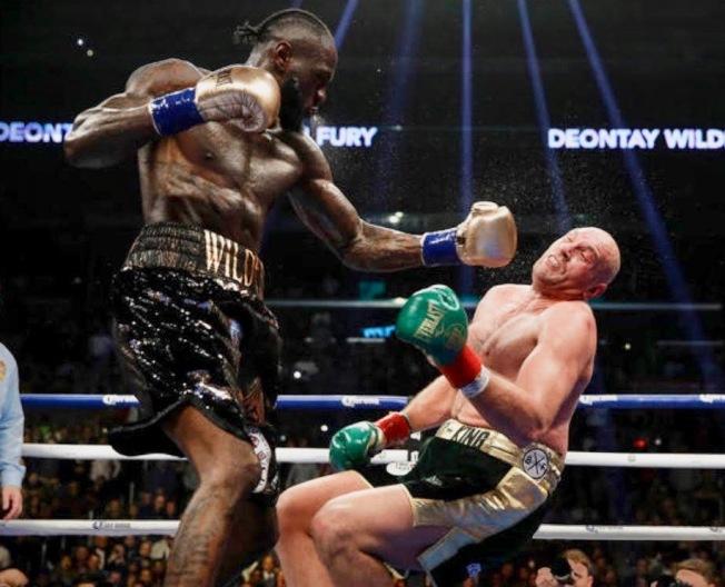 美國拳擊記者協會2018年攝影比賽首獎圖片,美國拳王威爾德(左)擊倒英國拳王弗瑞的經典畫面。(林雨翰攝影 ,楊白麗提供)