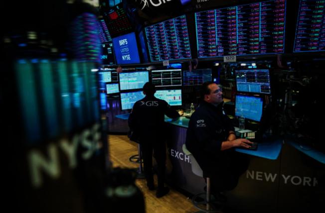 美國股市13日「滿江紅」,部分華裔股民仍存信心。(GettyImages)