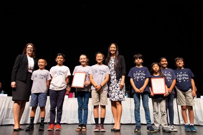 蒙特利高地小學機器人隊分獲「科技靈感和認知」資格賽冠亞軍,學區教育總監Denise Jaramillo(左一)祝賀學生。(Liezel Gutierrez攝影,阿罕布拉學區提供 )