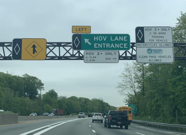 共乘車道必須在指定的區域進出,車輛不可以在雙白實線區域進出。(記者曹健/攝影)