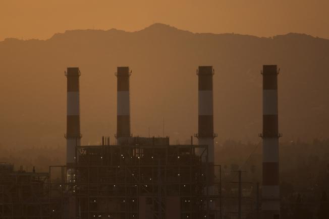 地球大氣層裡的二氧化碳濃度,已攀升到300萬年來的最高水平。圖為加州聖費南度谷的發電廠壟罩在一片霧霾中。( Getty Images)