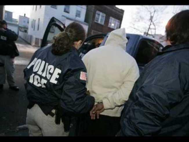 國安部曾制定一項大規模遣返計畫,要在全國主要城市快速逮捕和遣返背負遣返令的無證移民家庭。(取自YouTube)