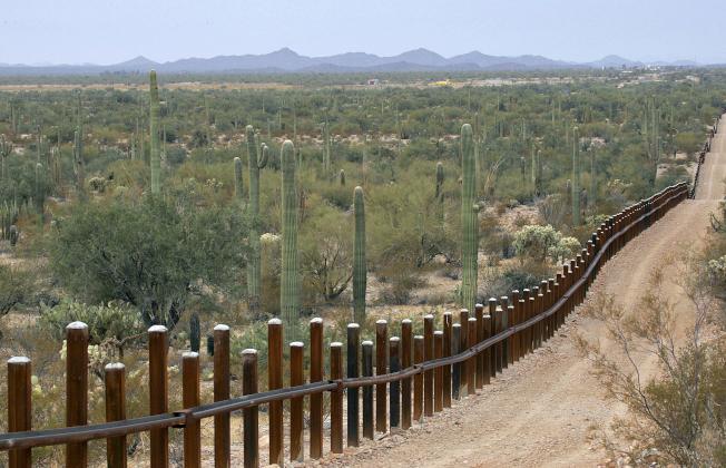 政府將在亞利桑納州風琴管仙人掌紀念區架設屏障,或把現有圍欄加高,防堵非法移民偷渡。(美聯社)