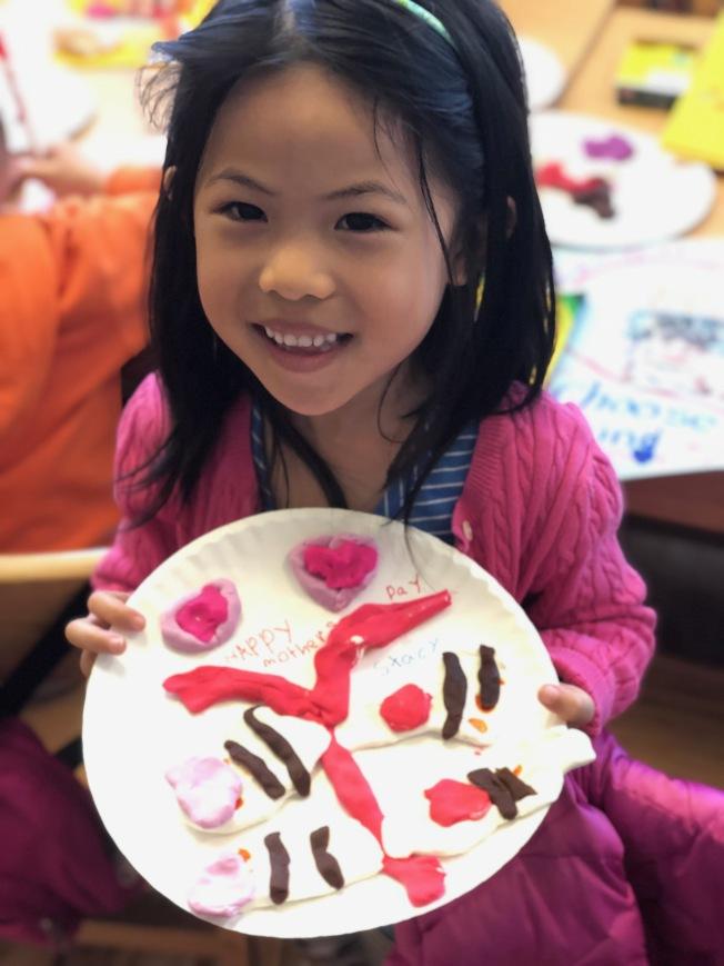 陳Stacy熱愛藝術,選用媽媽最愛的顏色,做了蝴蝶及愛心。(楊志華提供)