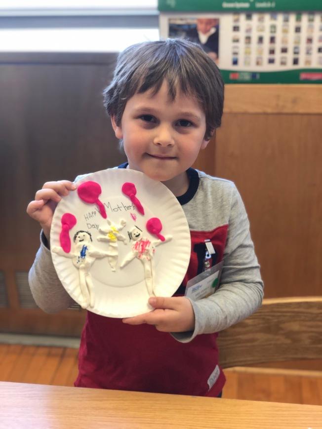 不擅長畫畫的Akif Kanbur用黏土捏製他與媽媽,並送上花及氣球。(楊志華提供)
