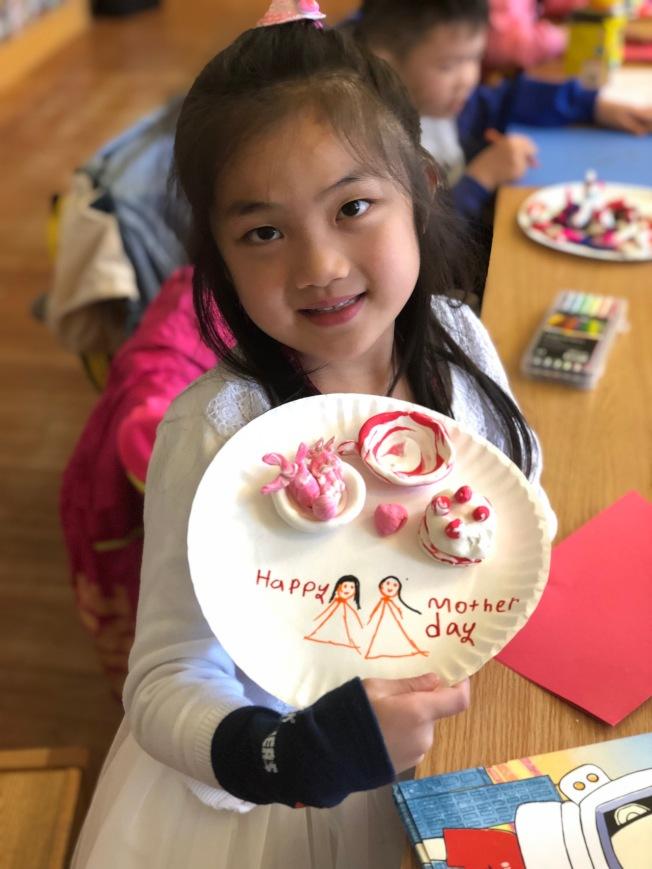 施Vera使用粉色創作,捏製媽媽最愛的蛋糕與茶杯。(楊志華提供)