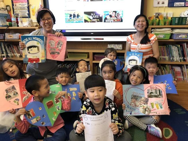 皇后區第25學區公立120小學在免費「家庭英語計畫」課程中,鼓勵孩子發揮創意、使用黏土做出母親節禮物,後排左一為楊志華。(楊志華提供)