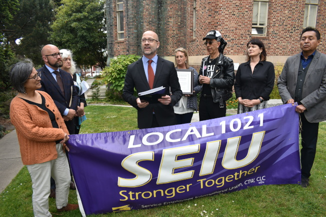 波洛西舊金山辦公室的幕僚長伯納爾(左四)代表波洛西表達捍衛LGBTQ美國人權利的決心。(記者黃少華╱攝影)