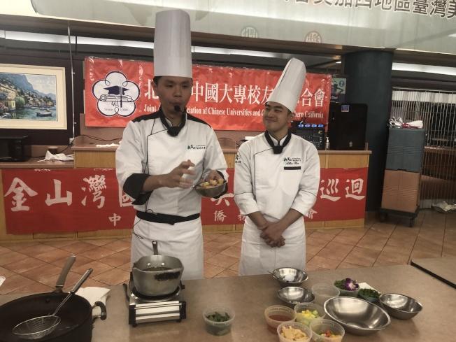 兩位廚師現場介紹鹹酥雞與橙汁鮮魚的做法。(記者李榮/攝影)