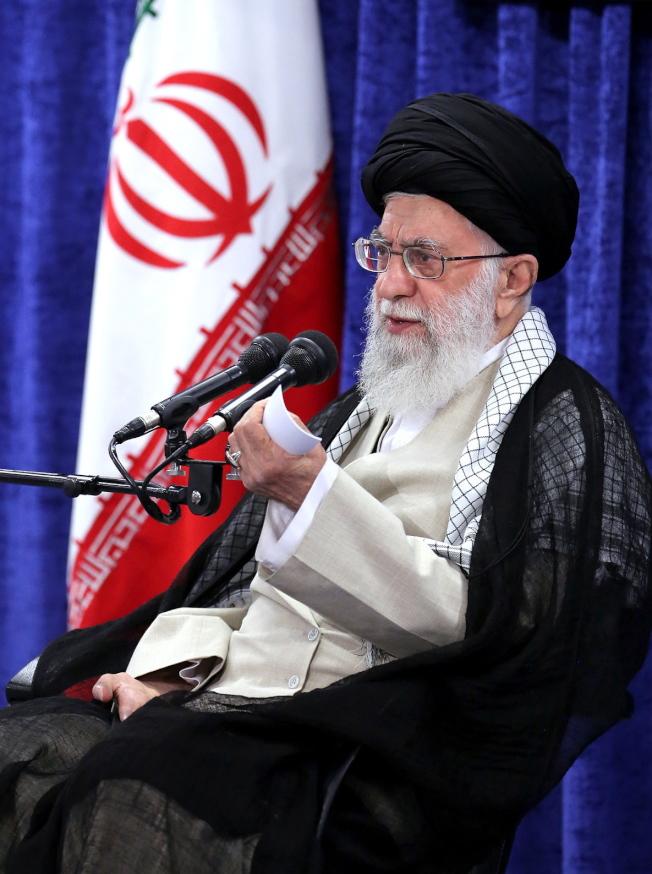 伊朗指控美國進行「危險的遊戲」,圖為伊朗最高領袖哈米尼。(歐新社)