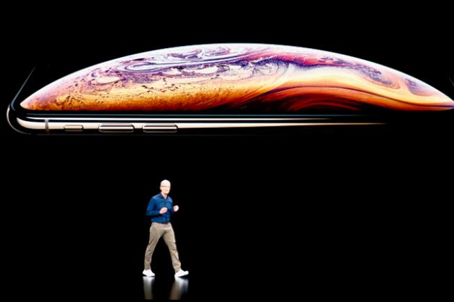 圖為去年秋天蘋果推出的最新iPhone,它彷如一層烏雲,造成蘋果的最大陰影。(Getty Images)