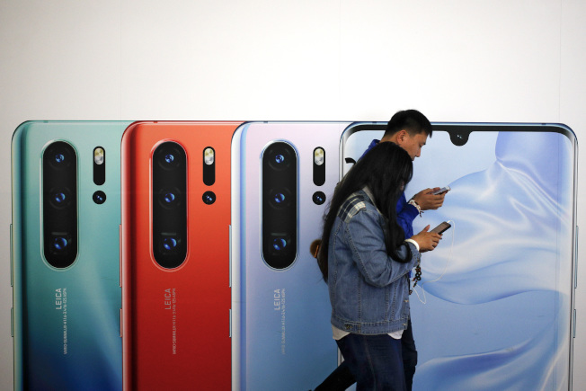 美國官員透露,美國總統川普最快美國時間15日簽署行政命令,禁止美國企業使用華為設備。圖為北京地鐵站內的華為新手機P30廣告。(美聯社)