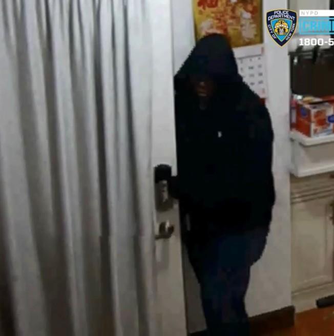 放哨並在案發過程中進入民宅的嫌犯仍在逃。(警方提供)
