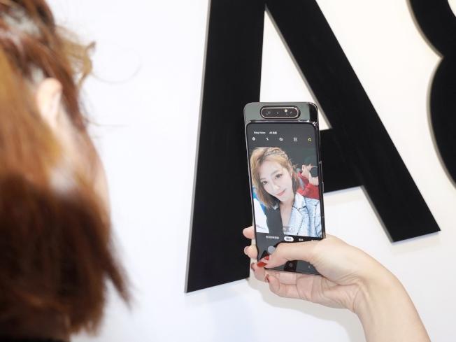 三星Galaxy A80特殊的翻轉3鏡頭,正拍、自拍都能擁有相同的高畫質影像。(記者黃筱晴/攝影)