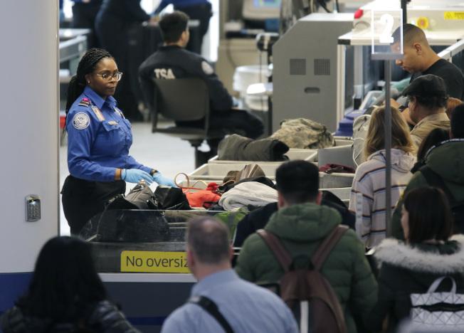 紐約大都會區的新澤西州紐瓦克機場被評鑑為全美最糟機場,圖為今年1月紐瓦克機場的旅客大排長龍等候安檢。(美聯社)