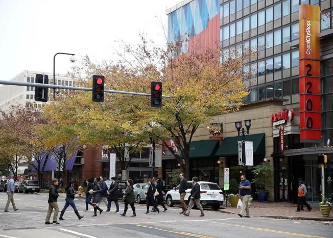 維吉尼亞州阿靈頓被評為全美居民身材最適中的城市,圖為阿靈頓的水晶城地段居民正在過馬路。(Getty Images)