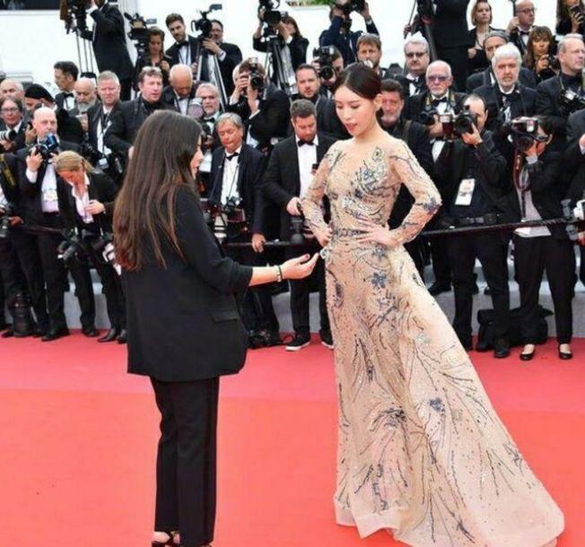 女演員蹭紅毯,遭到保安驅趕。(取材自微博)