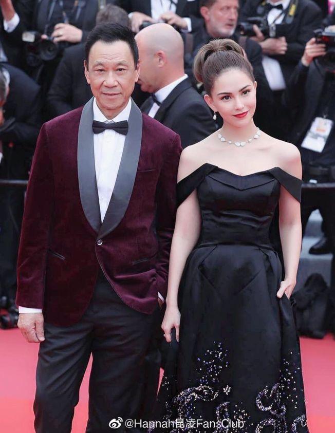 昆凌(右)和王學圻一同走紅毯,為主演的新片《天火》造勢。(取材自微博)
