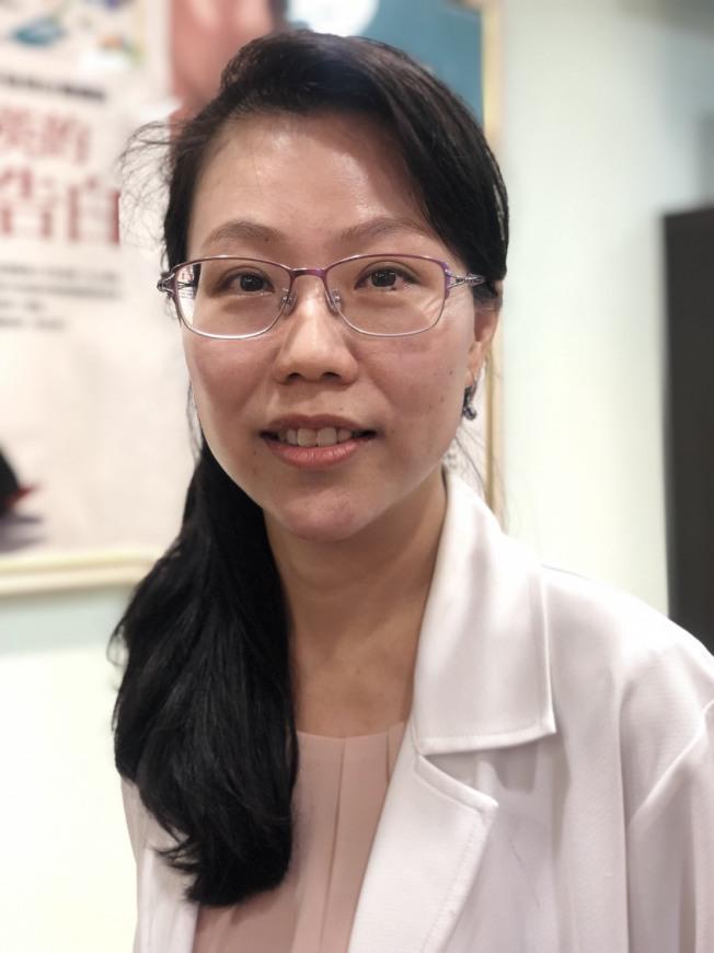 黃靜雯醫師提醒敷面膜的「四不」,減少皮膚因敷錯面膜而導致過敏。(記者劉嘉韻/攝影)