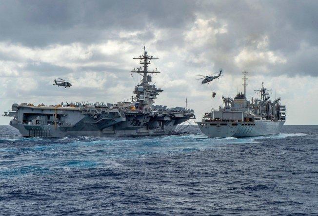 美國海軍8日釋出航空母艦「亞伯拉罕.林肯」與快速戰鬥支援船「北極」(USNS Arctic)正在執行海上運補作業影像。美軍日前派航艦戰鬥群與轟炸機前往中東應對日益升高的緊張局勢。圖╱Getty Images