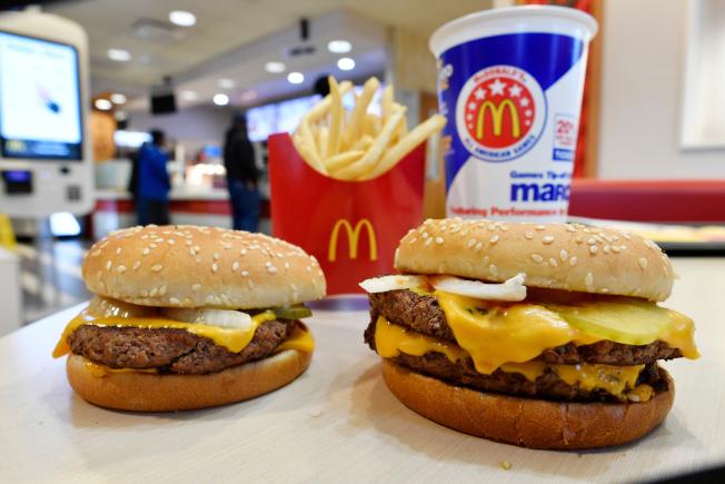 美國麥當勞加盟店將調整全天候供應的早餐菜單,各門市可以選購的早餐餐點可能不盡相同。美聯社