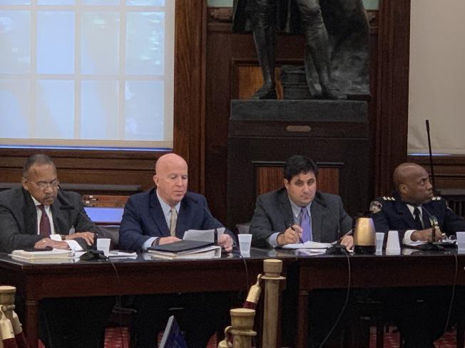 市警總局局長歐尼爾(左二)表示,市警局新財年預算幾乎未變。(記者和釗宇/攝影)