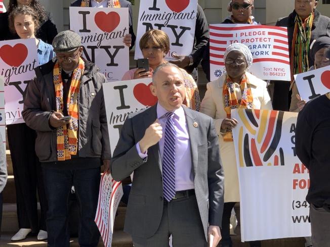 市議員崔馬克表示,市長不能只口頭承諾保護移民,還要付諸實施,要在預算中體現出移民的價值。(記者和釗宇/攝影)