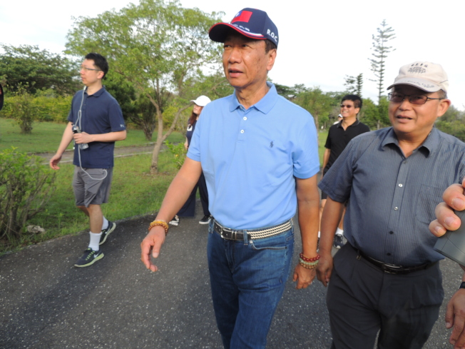 鴻海董事長郭台銘今天清晨,前往台東森林公園散步。(記者羅紹平/攝影)