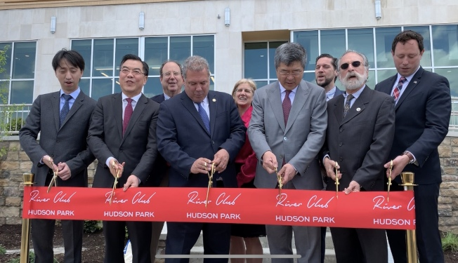 Strategic Capital總裁張林森(前排右一起)、黃屏、斯帕諾以及袁寧等為哈德遜公園河畔俱樂部項目三期剪綵。(記者牟蘭/攝影)