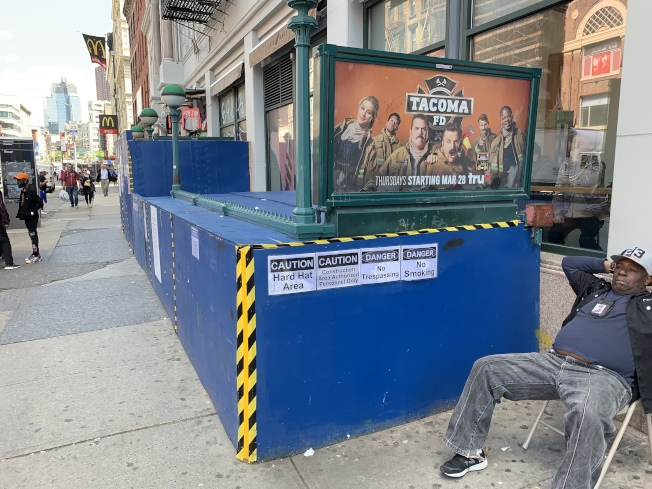 殘障人士維權團體對MTA提起訴訟,指控其在修繕地鐵站時未能加裝升降電梯,歧視殘障人士。(記者和釗宇/攝影)