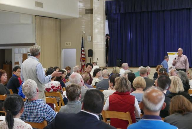 聖瑪利諾市政府於14日舉辦社區民眾交通會議。原本主持收集意見的市府官員,招架不住民眾憤怒的質問。(記者李雪/攝影)