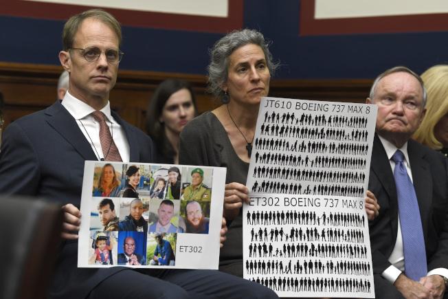 眾院航空小組15日召開的波音737 MAX噴射客機安全聽證會上,女兒死於衣索匹亞空難的史托莫夫婦也出席。( 美聯社)