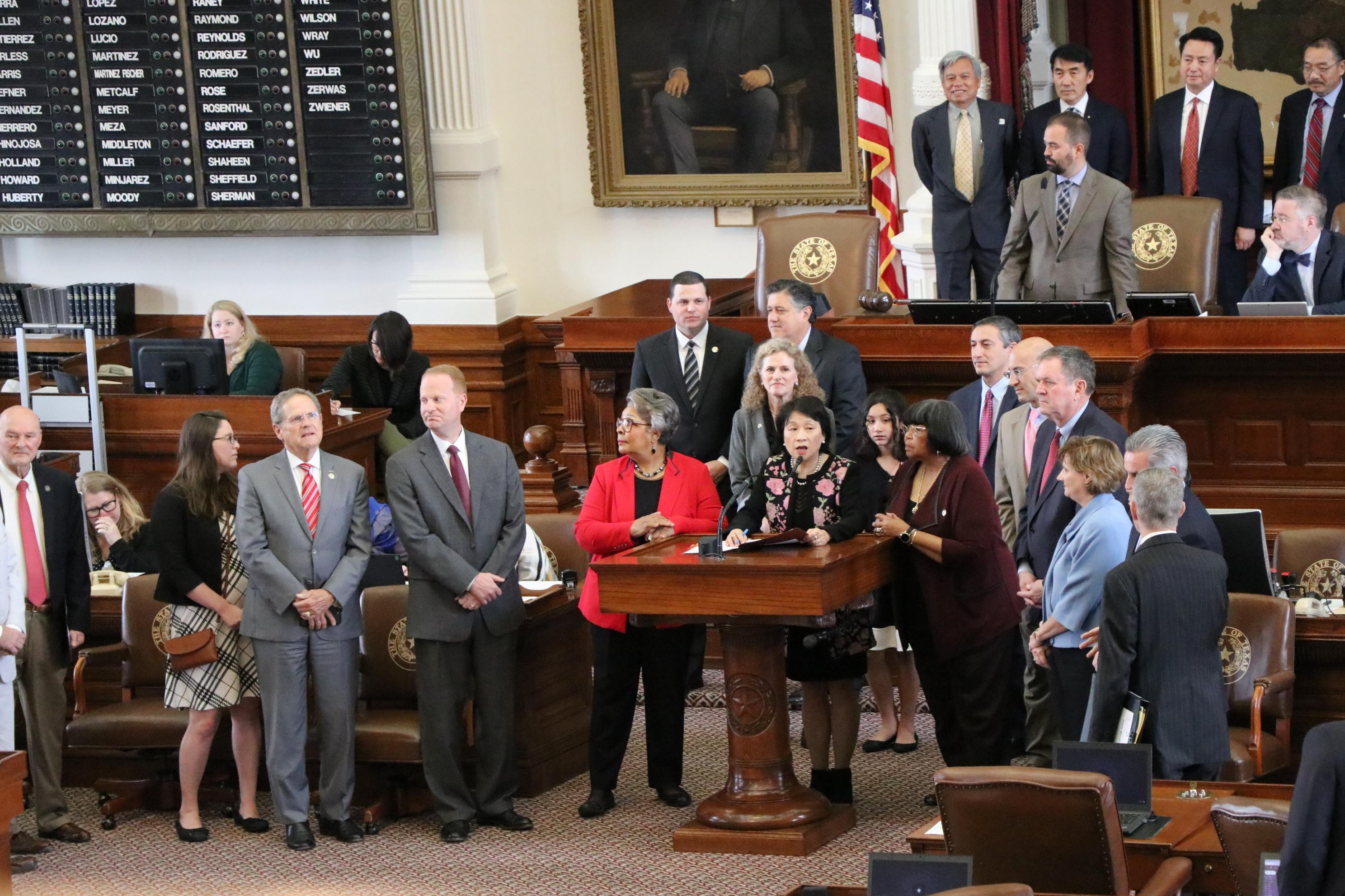 州眾議員陳筱玲在多位眾議員的陪同下,宣讀黃登陸等在社區的卓越貢獻。