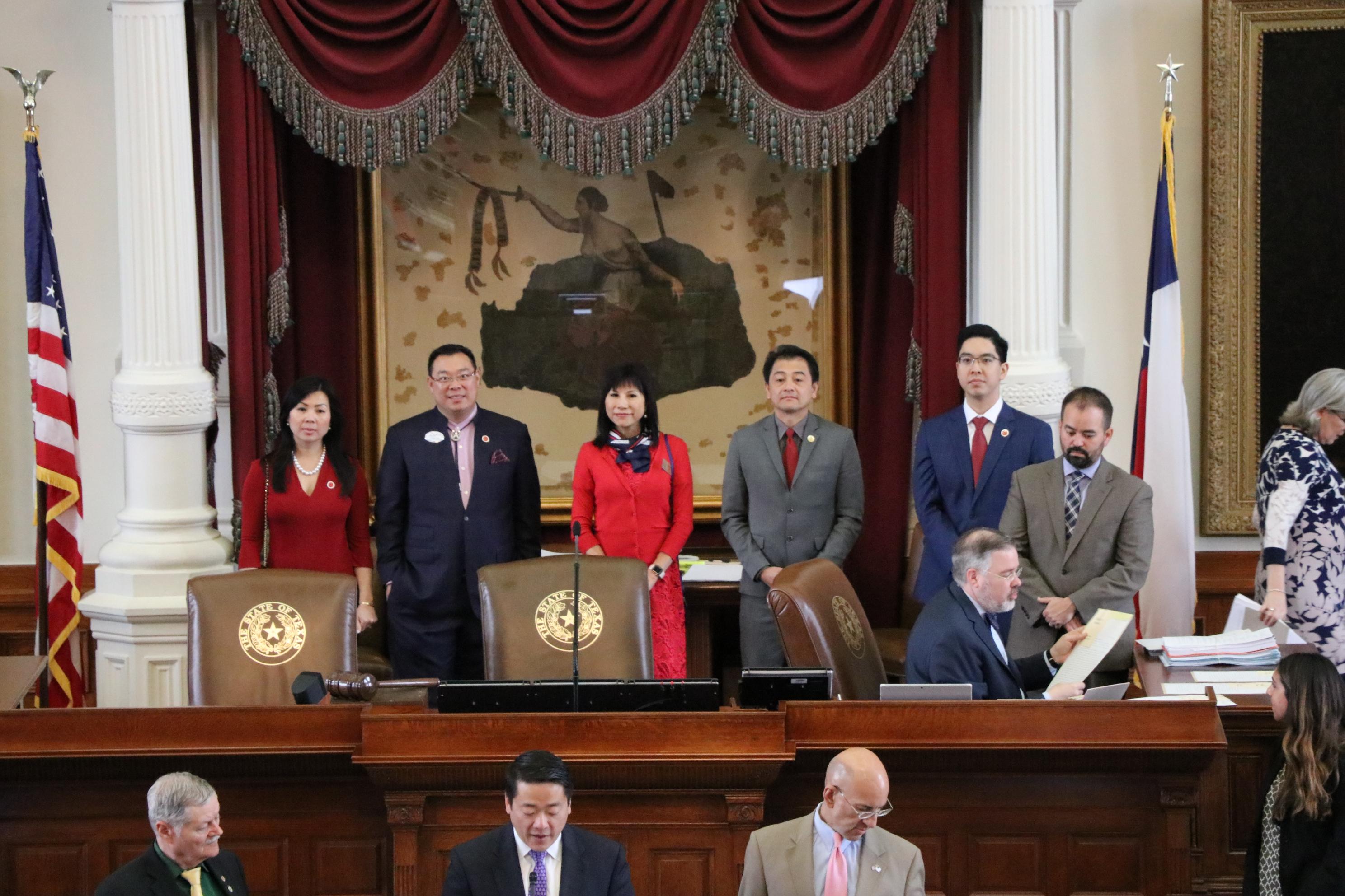 州眾議員吳元之宣讀休士頓亞裔地產協會前會長林富桂、Eugene Wang、達拉斯分會會長吳家盛等的卓越貢獻。