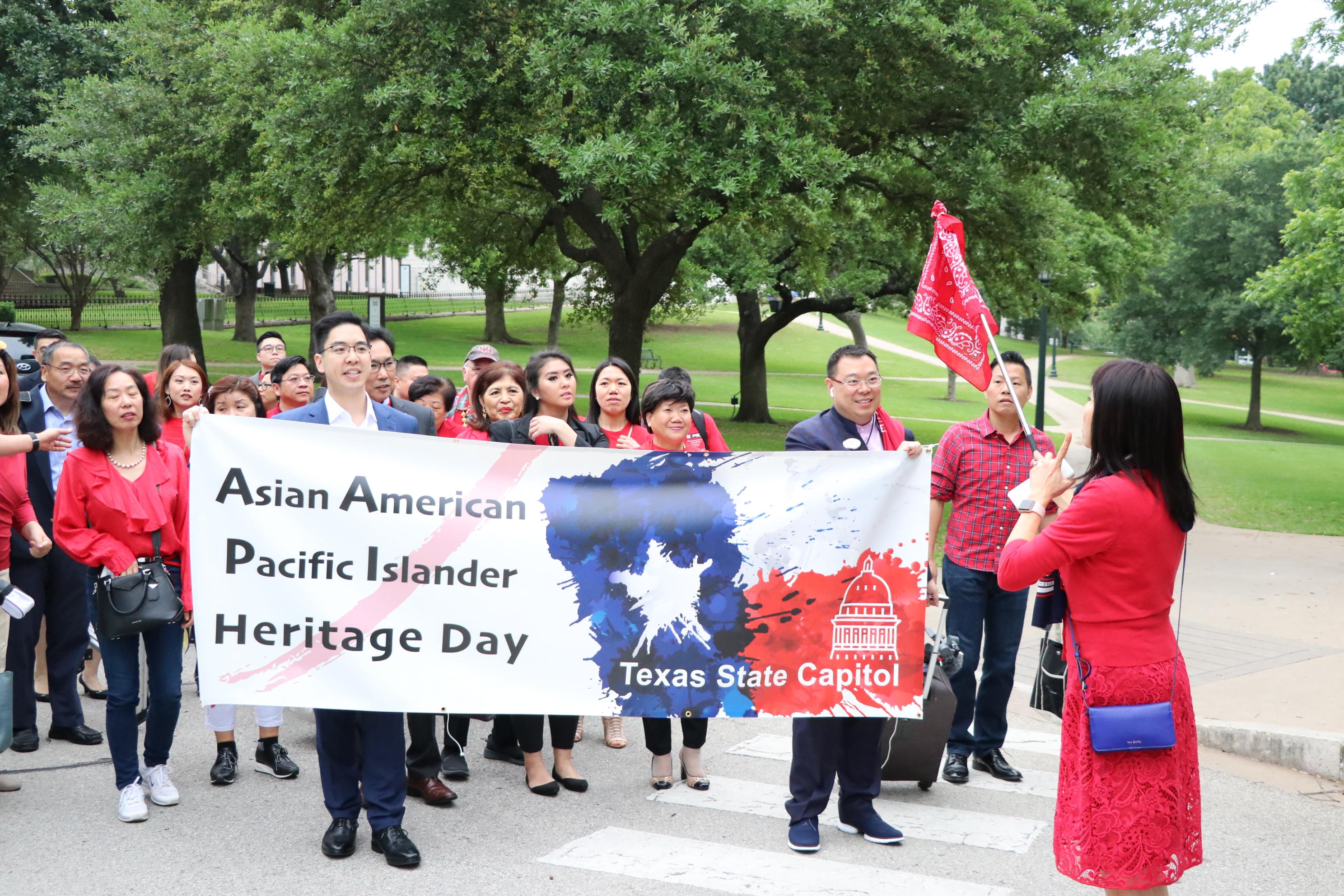 大隊人馬在前會長林富桂(右一)帶領下,拉著橫幅往德州議會前進。