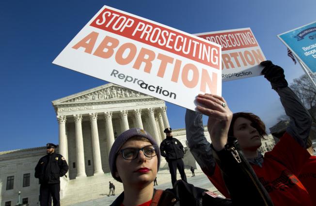 全美興起的反墮胎風潮,勢必把這個法律爭議帶到最高法院。圖為今年元月墮胎維權者在華府最高法院外面遊行,要求維護墮胎無罪化。(美聯社)