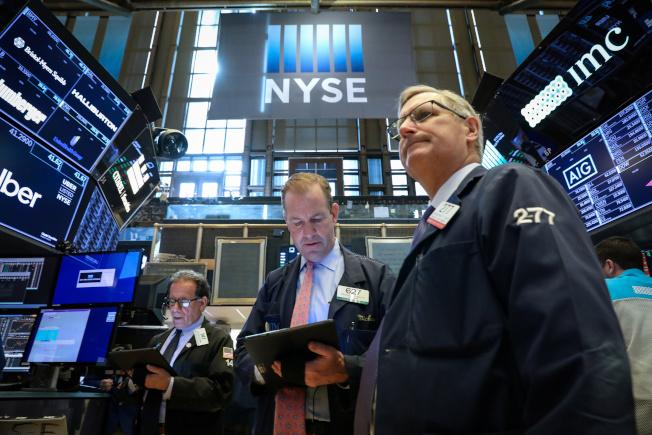 彭博資訊分析,若美中的衝突失控,可能導致企業擱置投資、消費者減少支出,引發股市下滑。(路透)
