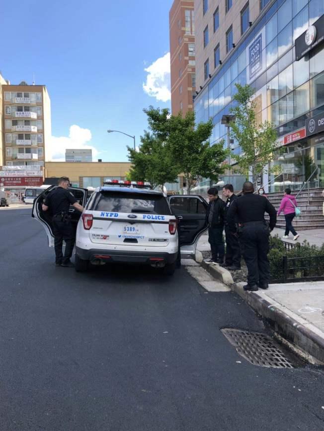 謝天歌與尹向盛因涉嫌毆打他人,被警方於16日下午3時左右逮捕。(記者牟蘭/攝影)