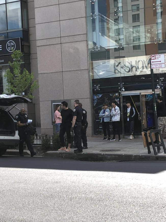 謝天歌與尹向盛因酒醉後,涉嫌毆打兩名華裔服務員,被警方於16日下午3時左右逮捕。(記者牟蘭/攝影)