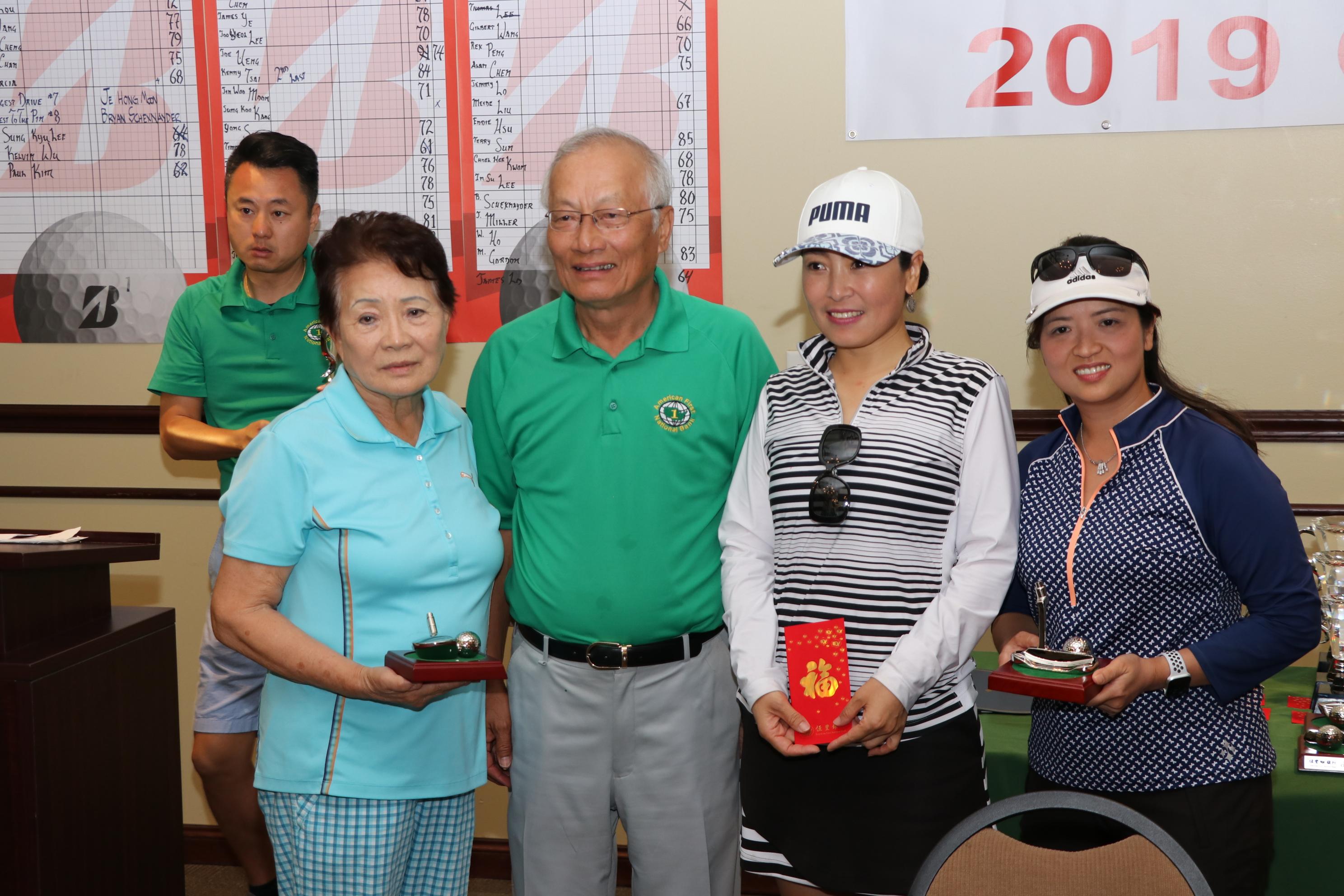 女子組三位獲獎選手與吳文龍(右三)合影。