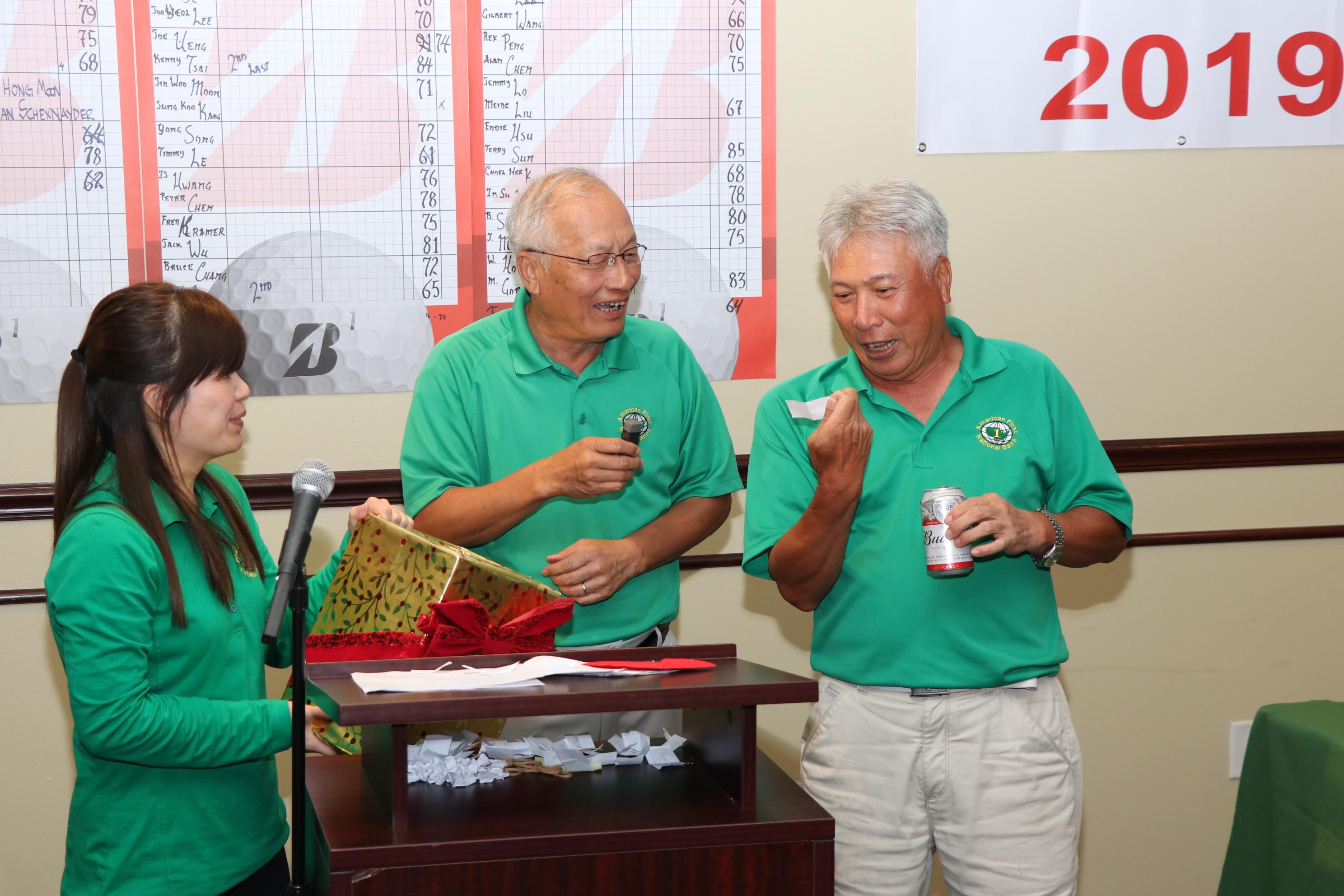 恆豐銀行董事錢武安(右)幸運抽得888.88元最大現金獎,當場大方捐出,董事長吳文龍(中)非常開心。