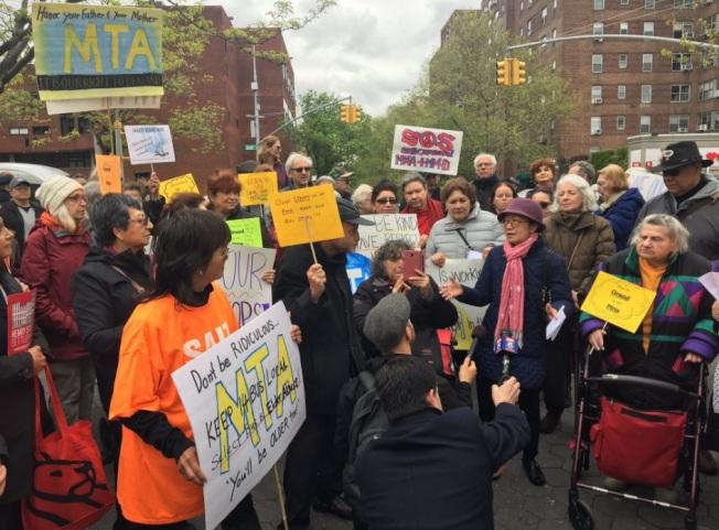 在經過民選官員、組織和居民的強烈反對,MTA決定將不取消M14公車慢線服務。(取自推特)