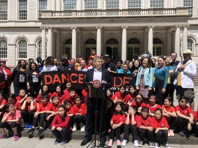 紐約舞蹈嘉年華遊行本周末在曼哈頓下城舉行,以「人之動」為主題,參與華人舞者眾多。(記者張晨/攝影)